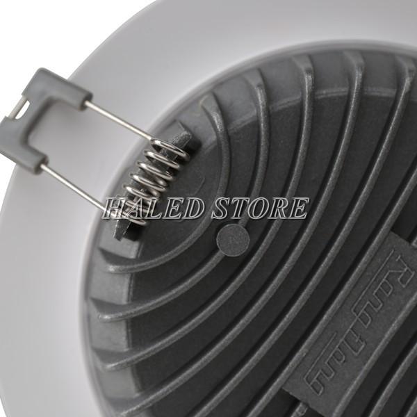 Mặt sau đèn là bộ phận tản nhiệt và tai cài lò xo